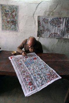 Iran, pittore del tappeto persiano, intrecciato tappeto.