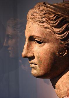 Hellenistic bronze head of Aphrodite or Artemis.      -  Ελληνιστική χάλκινη κεφαλή της Αφροδίτης ή της Αρτέμιδος.