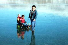 Yüzeyi Buz Tutan Çıldır Gölü'nde 'Aşık' Oynayıp, Kızakla Kaydılar