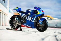Suzuki MotoGP race bike - static right-side view Suzuki Gsx R, Suzuki Motos, Suzuki Bikes, Motogp Teams, Dragster, Nitro, Supersport, Racing Motorcycles, Sportbikes