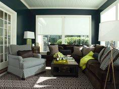 #Salon #cosy où les motifs #graphiques du tapis et des coussins subliment la couleur sombre et néanmoins superbe des murs, dans un contexte de lumière naturelle généreuse.