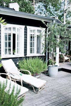 Sommerhusstil – Danish summer cottage style - All About Exterior Paint Colors, Paint Colors For Home, House Colors, Exterior Design, Siding Colors, Paint Colours, Black Exterior, Wall Colours, Muted Colors