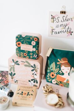 love this colorful, cute and joyful packaging. A floral brand that puts you in a great mood through fun colors, playful and wondrous flowers and cute, girly packaging designs. Feminine Packaging Design, Food Packaging Design, Packaging Design Inspiration, Packaging Ideas, Product Packaging Design, Logo Inspiration, Tea Packaging, Pretty Packaging, Brand Packaging