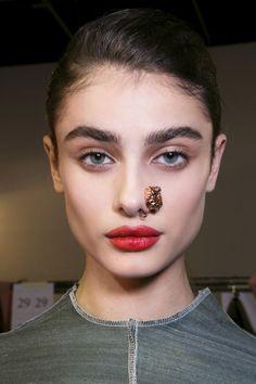 Макияж на 8 Марта: идеальные красные губы | Marie Claire