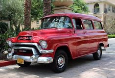 Do you want an unconventional car from the This GMC Suburban Deluxe truck panel from 1956 is a rarity that can not be seen! Classic Gmc, Classic Chevy Trucks, Classic Cars, C10 Chevy Truck, Chevrolet Trucks, Chevy Pickups, Gmc Suv, Chevy 4x4, Lifted Chevy