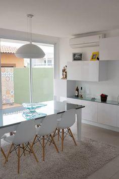 MR Ibiza: Salas de jantar modernas por POCHE ARQUITETURA