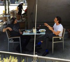 Norman e Andrew almoçando juntos em L.A. / Norman and Andrew having lunch together in L.A.