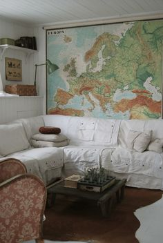 HVÍTUR LAKKRÍS have a huge map on your wall as an accent wall. and then use one colour to mark the places you've been and another colour to mark the places you want to go My Living Room, Home And Living, Living Spaces, World Map Decor, Urban Cottage, Cozy Corner, White Rooms, Inspiration Wall, Home Office Design