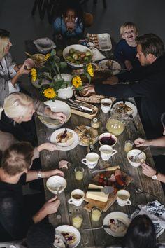 Le bonheur des repas en famille ( mention spéciale au petit garçon en haut à droite )  #lunch #family #KODAKMOMENT