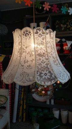 Kanten lampenkap uniek exemplaar bij Casa Colora Herenstraat 4 Schagen