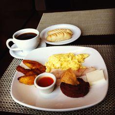 Un tìpico desayuno salvadoreño...