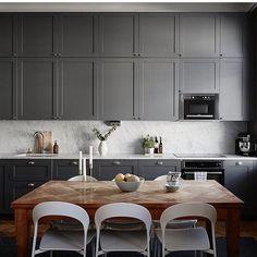 dinsta Shaker Kitchen, New Kitchen, Kitchen Dining, Kitchen Decor, Kitchen Cabinets, Grey Kitchens, Home Kitchens, Dinner Room, East Hampton
