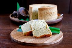 A moist and fragrant chiffon cake that uses South East Asian ingredients, such as pandan (screw pine), palm sugar and coconut cream. Pandan Chiffon Cake, Cake Oven, Toffee Sauce, Light Cakes, Cream Scones, Traditional Cakes, Raisin Cookies, Chocolate Bark, Cake Flour