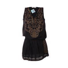 Vestido Con Tachas, De Victoria, $32.000. Vestido negro con tachas doradas en la parte superior, úsalo de día con unas chalas bajas o botines cortos. Si quieres usarlo de noche,...