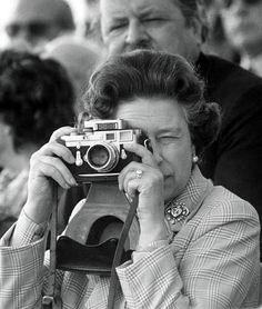 Even the queen has Leica! Queen Elizabeth II, with a Leica camera with Sonnar lens. Girls With Cameras, Old Cameras, Vintage Cameras, Vintage Photos, Photography Camera, White Photography, Vision Photography, Eleonore Bridge, Robert Frank
