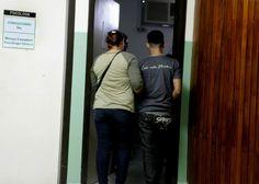 """Honduras: Muchos """"ninis"""" en Honduras intentan suicidarse  Tres casos diarios de intento de suicidio se registran solo en el Mario Rivas. Llegan deprimidos por falta de cariño, trabajo y oportunidades de estudio. J. Henríquez, junto a su madre, cuando ingresaba a Salud Mental."""