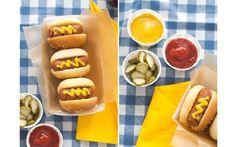 Aqui, as caixinhas com cachorro-quente e guarnições de picles, catchup e mostarda são a estrela da mesa. Foto: Pinterest/ Jordan Ferney