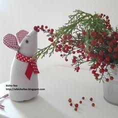 """Mi chiamo """"Sac à Poche"""" e sono un topolino goloso di bacche rosse.  https://www.facebook.com/Bicho-feo-382736388432736/"""