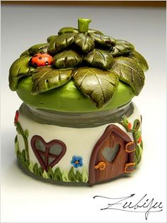 Fairy jar: polymer clay on glass…could use some of those tiny jars from the lab Polymer Clay Fairy, Fimo Clay, Polymer Clay Projects, Polymer Clay Creations, Clay Beads, Clay Fairy House, Fairy Houses, Clay Jar, Fairy Jars