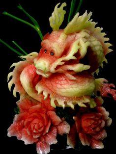 Ein Wunderschöner Drache wohl aus einer Wassermelone geschnitzt. Mit Sicherheit eine der am aufwendigsten Food Art Arbeiten die ich bisher gesehen habe