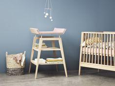 Der neue Leander Wickeltisch Linea hat ein minimalistisches Design und besteht wie das neue Babybett aus Eiche.