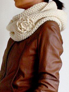 Precioso cuello de ganchillo con flor