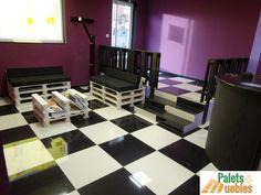 la decoración y amueblado,muebles con palets de madera reciclados,fabricado,mesa revistero,sofá,balaustre,lampara de pie,perchero,el blanco y el negro