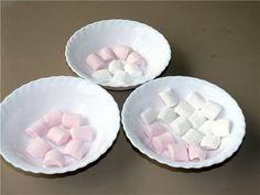 Ev yapımı En Kolay Şeker Hamuru Yapılışı-Kurabiye ve Pasta Süslemeleri için çok kullanılan Şeker Hamuru Evde Nasıl Yapılır? Evde 2 değişik şekilde Jelibon ve Marşmelov ile Şeker Hamuru Nasıl Yapılır.Resimli ve Türkçe Videolu anlatımlı Şeker Hamuru Yapılışı. Biz Bugün Marşmelodan nasıl şeker hamuru yapılır? 2 şekilde Mikrodalga fırında veya Evde Tencerede Marşmelov Şeker hamuru Pratik ve kolay yapılışını video olarak izleyeceğiz. Eğer Jelibondan Şeker Hamuru yapılışını görmek isterseniz…