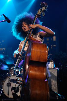 Esperanza Spalding and a string bass - curls - natural - hair Smooth Jazz Artists, Esperanza Spalding, Classic Jazz, Double Bass, Jazz Musicians, Jazz Blues, My Favorite Music, My Music, Music Instruments