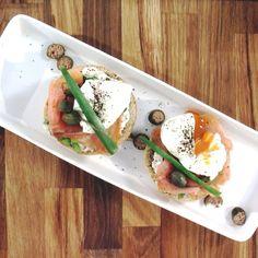 Doradca Smaku express: Śniadaniowe jajko w koszulce z łososiem, odc. 13 Eggs, Chicken, Meat, Breakfast, Morning Coffee, Egg, Egg As Food, Cubs