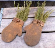 Grungy Mittens: This would be so easy to create tracing a mitten on cloth & grunging with cinnamon spices
