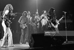 Guitarist Allen Collins, guitarist Steve Gaines, bassist Leon Wilkeson, The Honkettes and guitaraist Gary Rossington of Lynyrd Skynyrd perform at the Fabulous Fox Theater on July 1976 in Atlanta, Georgia. Steve Gaines, Gary Rossington, Allen Collins, Classic Blues, Classic Rock, Ronnie Van Zant, Fabulous Fox, Greys Anatomy Memes, Greatest Rock Bands