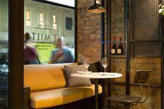 5-restaurante-paredes-ladrillo-visto-forrado-madera-estilo-industrial