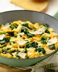 A delicous scrambled egg as breakfast or brunch, healthy and keto. With spinach, hot pepper and parmesan cheese, add some cream to your eggs and voila! Easy Cooking, Healthy Cooking, Cooking Recipes, Low Carp, Vegetarian Recipes, Healthy Recipes, Lunch Snacks, Food Inspiration, Love Food