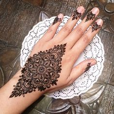 Mehndi is an important part of every Muslim woman's eid look adding to the beauty and grace of hands and feet. If you havent yet finalized your eid mehndi design then I bring to you some of the latest henna patterns to try out this year for bakra eid. Henna Art Designs, Stylish Mehndi Designs, Mehndi Designs For Girls, Mehndi Design Photos, Mehndi Designs For Fingers, Beautiful Mehndi Design, Best Mehndi Designs, Arabic Mehndi Designs, Mehandi Designs