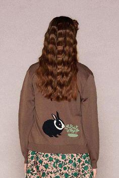 後ろ姿がポイントです。|ただいまおしょくじ中~ニットカーディガン〈草を食べるうさぎ〉 Hoodies, Sweatshirts, Graphic Sweatshirt, Sewing, Syrup, Rabbit, Sweaters, Shopping, Fashion