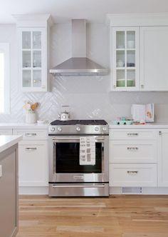 12 Amazing White Kitchen Backsplash Ideas by lchamh White Kitchen Backsplash, Kitchen Hoods, Kitchen Stove, Ikea Kitchen, Kitchen Decor, Backsplash Ideas, Backsplash Design, Kitchen White, Herringbone Backsplash