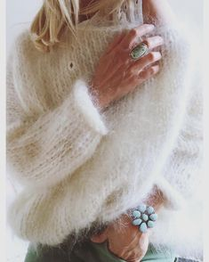 Lover of fur, mohair, angora and other fluffy sweaters. Fluffy Sweater, Mohair Sweater, Pull Angora, Knitting Projects, Knitting Patterns, Gros Pull Mohair, Stitch Fit, Knit Fashion, Mode Inspiration