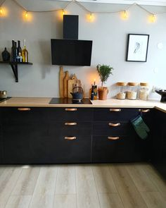 10 tips til hvordan du enkelt kan style kjøkkenet Black Ikea Kitchen, Ikea Kitchen Cabinets, Black Kitchens, Cosy Kitchen, Kitchen Dining, Appartement New York, New Kitchen Inspiration, Small Apartment Kitchen, Kitchen Themes