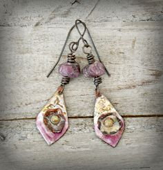 Copper enamel earrings, Boho Gypsy earrings, anemone enamel charms, pink rough Ruby gemstone, gold and pink enamel charms, copper ear wires.  These Boho Gypsy beauties feature copper enamel charms in pink and gold colored enamel with little copper anemone flowers. I paired them with beautiful genuine rough pink Ruby beads. The ear wires are oxidized copper wire.  The length is 2.6 (a little over 6.5cm), including the ear wires.  If you are allergic for the copper ear wires i can replace them…