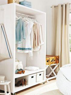 Wird der große Garderobenschrank nicht genutzt, können Sie ihn einfach und schnell aus dem Zimmer schieben. Die Kofferablage schmiegt sich auch in schmale Nischen und lässt sich jederzeit zusammenklappen.