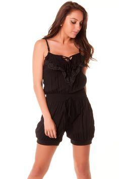 Combinaison short très fashion en noir avec dentelle au dos. vêtement 124 Prix : 7.12 € HT