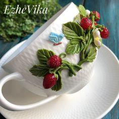 Сегодня у меня новинка- чайная пара с земляникой 🍓. Подобный декор можно сделать и на кружке. ❗️Повтор чайной пары от 2000₽ в зависимости от выбранной посуды❗️ Polymer Clay Flowers, Polymer Clay Crafts, Cute Mug, Frozen Rose, Clay Cup, Mug Art, Pinterest Crafts, Clay Design, Cold Porcelain