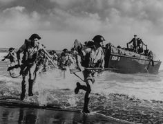 World War II in Pictures — British Marines preparing for the D-Day in North. British Marine, Canadian Army, British Army, Canadian Soldiers, Canadian History, American History, Le Jour Le Plus Long, Afrika Corps, D Day Normandy
