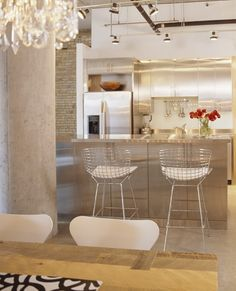 A banqueta de metal bertoia é umas das peças preferidas por decoradores, são práticas e bonitas.