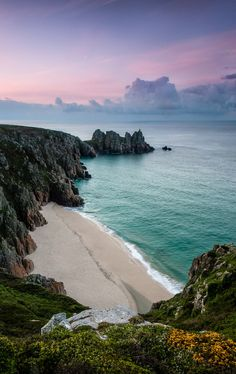 Logan rock - Cornwall, Discover Logan Rock of Treen in Cornwall, England: A legendary rocking stone, returned to its clifftop perch. Beautiful Places To Visit, Beautiful Beaches, Places To See, Amazing Places, Cornwall Beaches, Landscape Photography, Travel Photography, The Beach, Am Meer