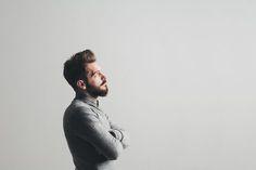 Business Portrait | Inspiration für moderne, ausdrucksstarke Businessfotografie | Inspiration Pose für ein Fotoshooting in dem Deine Persönlichkeit rüber kommt. Achte bei der Wahl Deines Fotografen darauf, dass er Dich und Dein Business versteht und beides in einem Bild perfekt vereinen kann, damit Du eine schöne und aussagekräftige virtuelle Visitenkarte erhältst. | Businessfotografie Männer ~ Eindrucksvolle Männerportraits ~ Idee für Webseite, Blog Porträt oder Bewerbungsfoto
