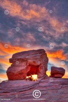 Údolí skalních formací, Nevada Valley Of Fire Rock Formations - One of the many red rock formations at the Valley of Fire State Park in Nevada
