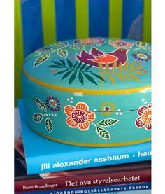 Gudrun Sjödén   Schatulle aus Pappmaschee 15x20cm Schatullen zum Aufbewahren kleiner Dinge kann man immer gebrauchen. Daher haben wir dieses ovale Modell entworfen und mit farbenfrohen Blüten, Punkten und Vögeln verziert.   Größe 15 x 20 cm Artikelnummer 69910 #keksdose #deko