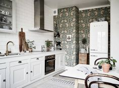 Gravity Home: Bright Scandinavian Apartment with Vintage Kitchen Eclectic Kitchen, Kitchen Interior, Room Interior, Gravity Home, Scandinavian Apartment, Kitchen Wallpaper, Accent Wallpaper, Cuisines Design, Kitchen On A Budget